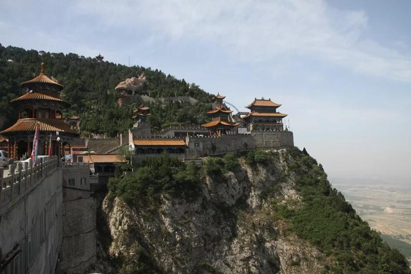 在绵山绵山风景名胜区建筑群体中宗教建筑有殿庙,宫观;园林建筑有亭