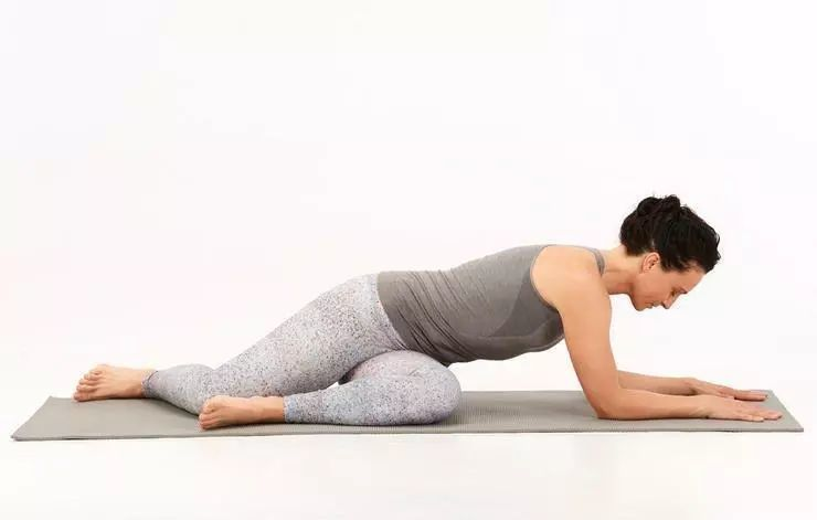 步骤1:坐在瑜伽垫上,臀部坐骨左右拨开,将左腿弯曲,右脚向左后方延伸图片