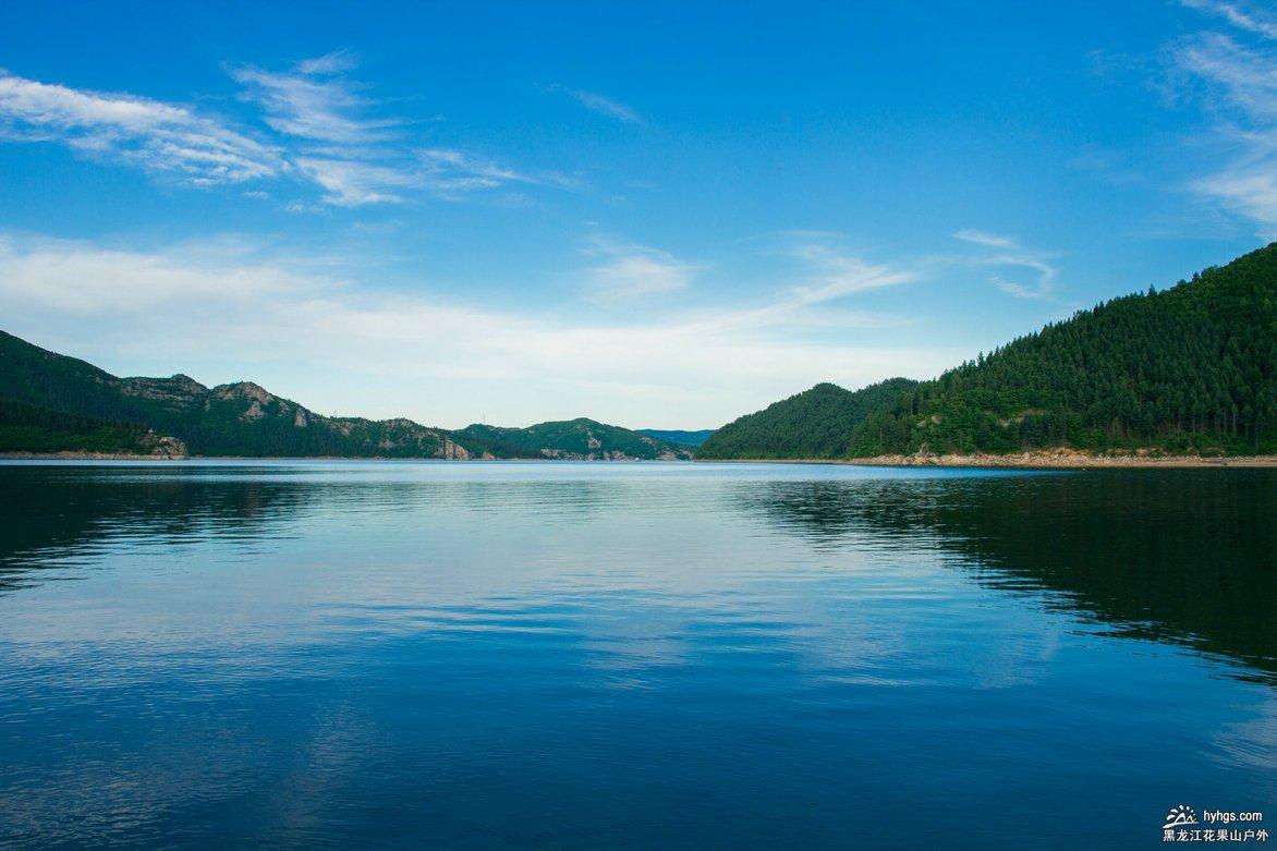 莲花湖风景区以森林,湖泊,岛屿和峰崖石壁为主体景观,景区内