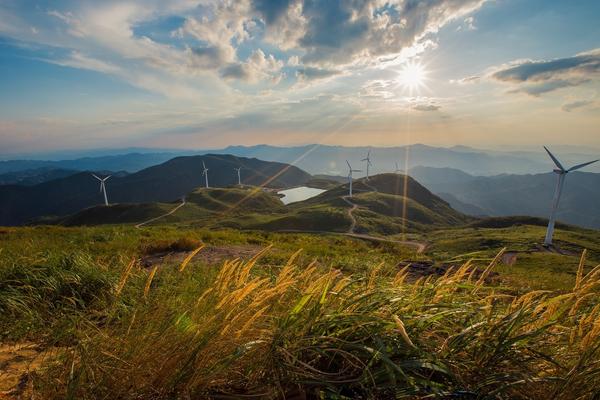 「新年漫行」1.14 登顶东白山,在风车和蓝天下放逐,草甸和云海中飞舞