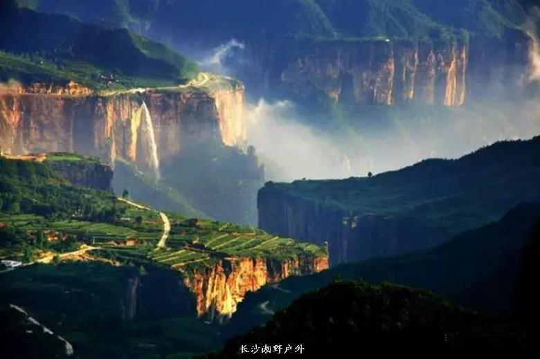 如画奇特的风景,游览太行山区悬崖绝壁上的挂壁公路.
