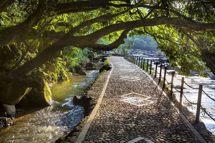 奇石河风景区,位于四会市北部的威整镇,地处四会,广宁,清远三地交界