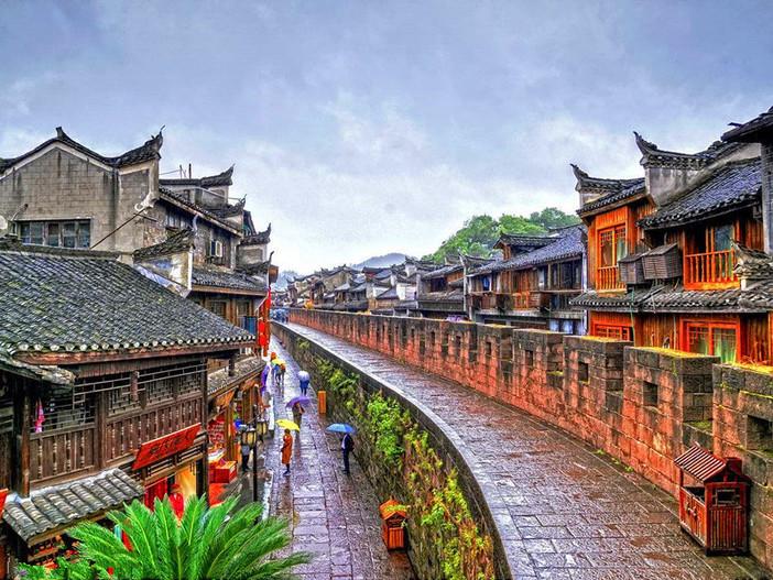 绵延的远山,流淌的沱江,星罗棋布的吊脚楼,如水墨丹青,如梦似幻图片