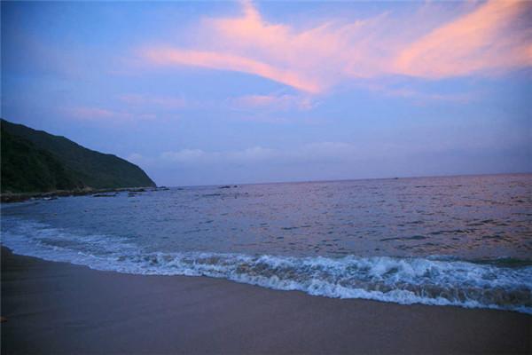 吉他放在海边风景图