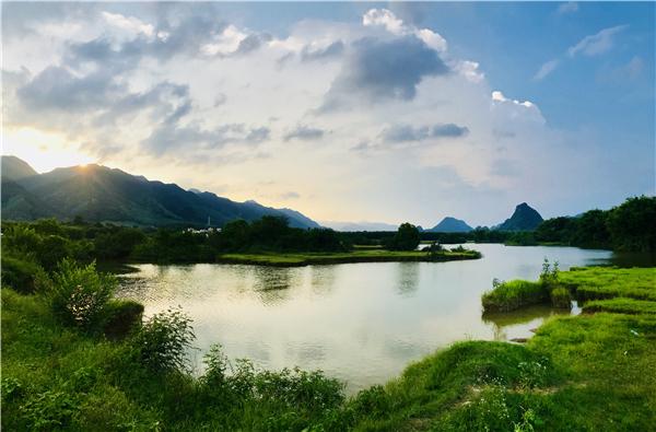 """广东浈阳峡风景区坐落于中国英德连江口,位于火车吧前面的火车头""""上"""