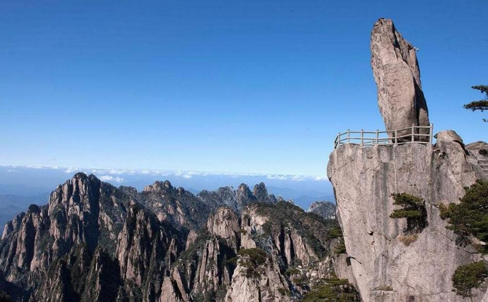 猴子观海位于黄山风景区北海景区黄山狮子峰前,一石猴独踞峰顶,仿佛